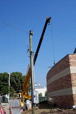 donor recognition installation of crane lifting picture 1